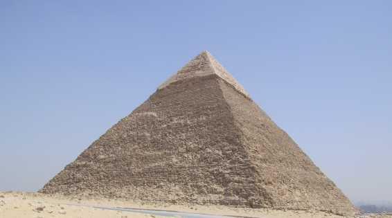 piramide arbeiders gaan samenwerken