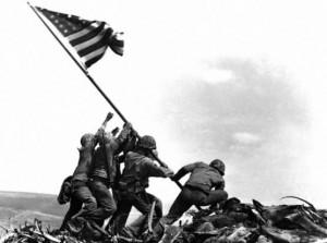 Amerikaanse mariniers planten de vlag op Iwo Jima