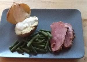 beenham met gepofte aardappel en sperziebonen